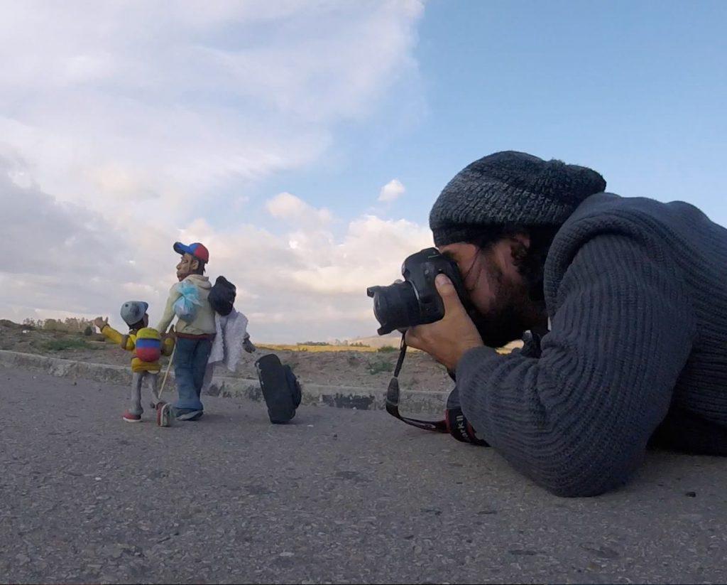 Un retrato desde el asfalto y en plástilina a los migrantes venezolanos que retornar a pie a Venezuela.